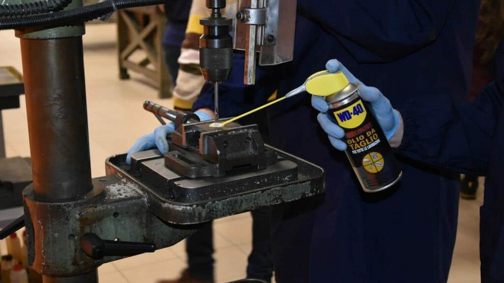 Osservare la foratura con l'ausilio dell'olio da taglio WD-40